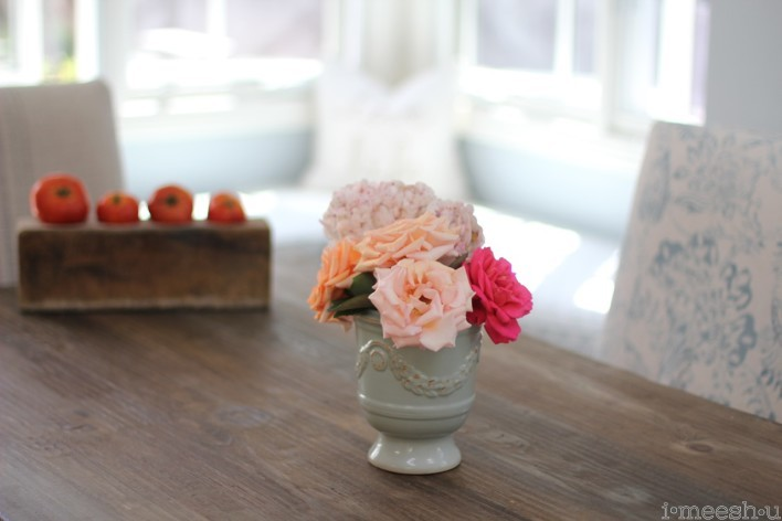 farm-style-flowers-table-setting